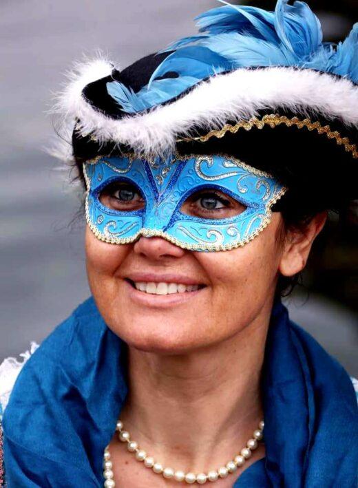 152716877 1777167919106815 5402675487827076647 n 520x709 - Carnevale Ambrosiano, sfilata di maschere in gondola sul Naviglio per il Sabato grasso.
