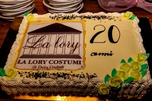 43487516 1905339129546289 4875471223141695488 n 520x347 - Un vero successo la festa dei 20 anni La Lory Costumi